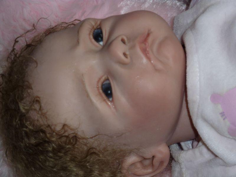 Sarah a trouvé une gentille maman qui aime sa mine boudeuse dans Bebes p10002404